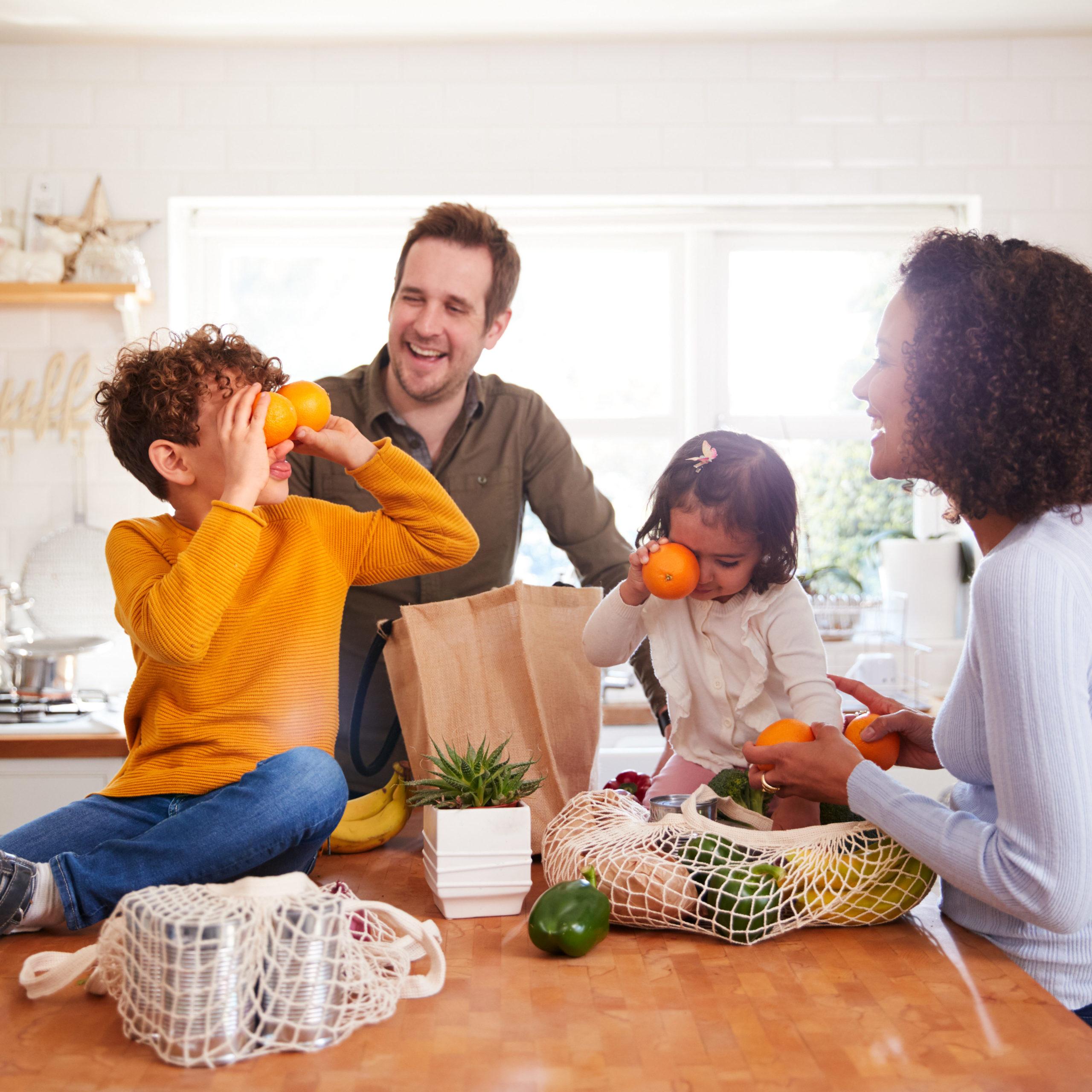 Famille dans la cuisine après leur courses