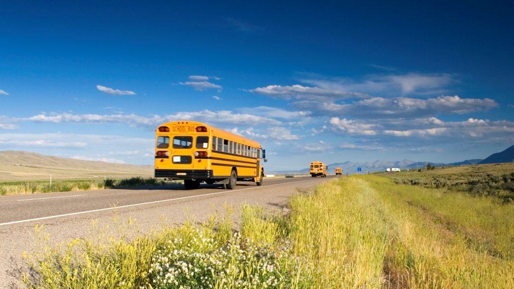 Autobus scolaire sur la route